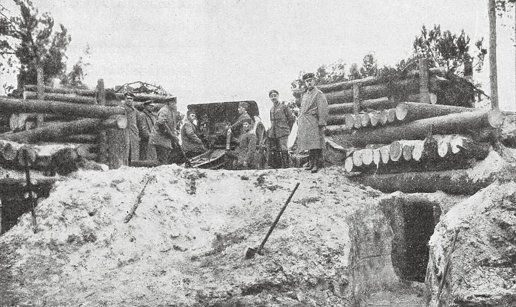 Jääkäripataljoona 27:n haupitsi tuliasemassa Riianlahdella 1916 (Finnish artillerymen on the front, 1916)