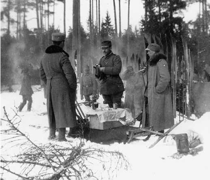 Jääkäripataljoonan officers foraging in winter during the fighting. In the middle Zugführer Lennart Oesch.