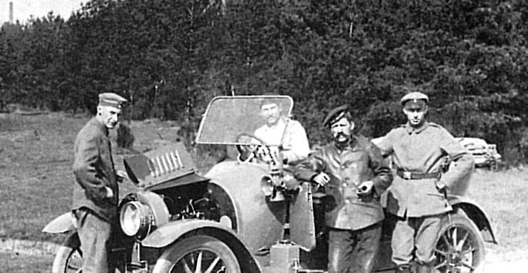 Kuva Libaussa jääkreille järjestetyltä moottoriajoneuvokurssilta vuodelta 1917