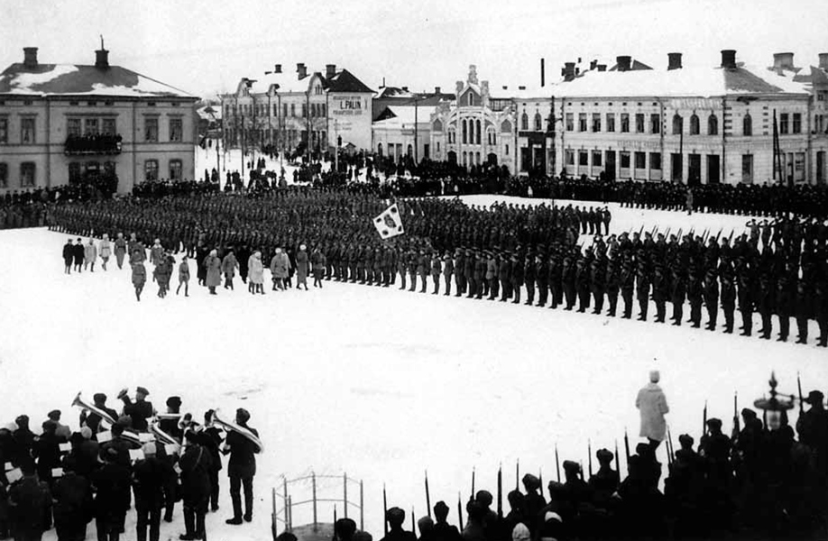 The last parade of Jaeger Battalion 27 in Vaasa at the market square on 26/Feb/1918. General Mannerheim inspects the battalion.