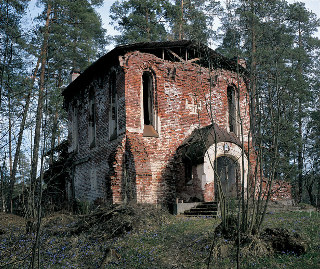 The half-ruined church on Smolensky Skete - 2002